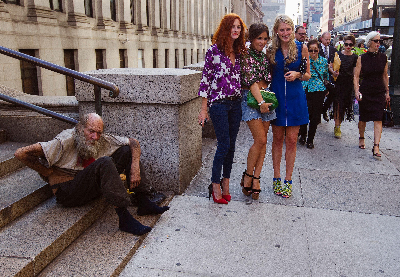 homeless-man-and-fashionistas